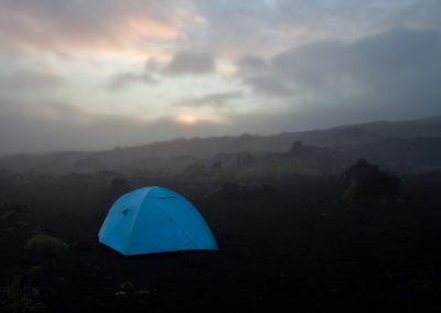 Zelt im Vulkangebiet Tolpatschik, Kamtschatka, Russland