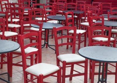 Rote Stühle, Afytos, Kassandra, Chalkidiki, Griechenland