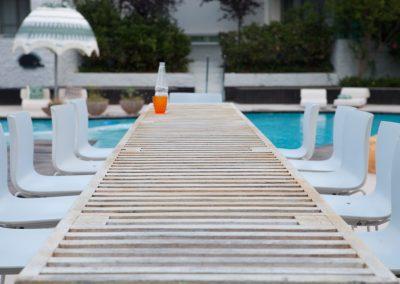 Tisch am Pool, Sithonia, Chalkidiki, Griechenland