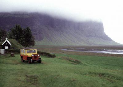 Kirche und Geländewagen, Island
