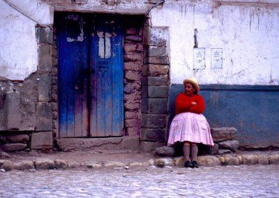 Frau vor Ihrem Haus, Peru