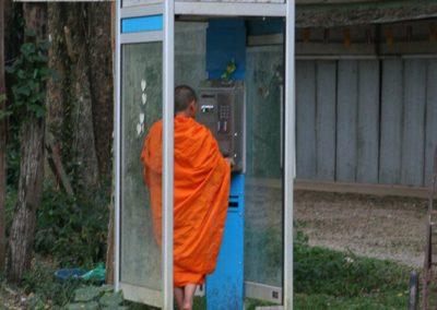 Mönch in der Telefonzelle, Chiang Dao, Thailand