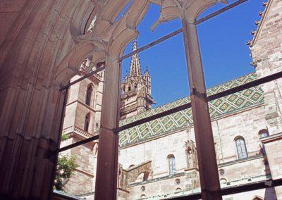 Blick aus dem Kreuzgang auf den Kirchturm, Basel
