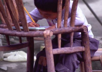 Schulkind beim Lernen, China