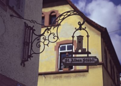 Restaurantschild am Haus, Basel