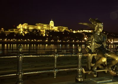Blick auf den Burghügel bei Nacht, Budapest